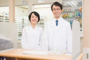調剤薬局の男性薬剤師と女性薬剤師