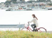 自転車で買い物に出かける女性