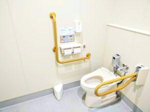 多目的トイレ (跳ね上げ手すり 下げ)